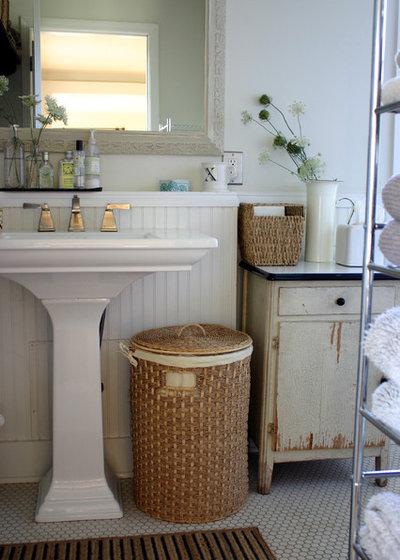 Landhausstil Badezimmer by KitchenLab Interiors