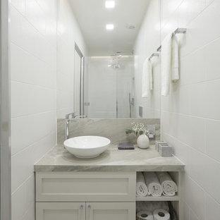 Foto de cuarto de baño con ducha, clásico renovado, pequeño, con puertas de armario grises, ducha abierta, sanitario de pared, baldosas y/o azulejos multicolor, baldosas y/o azulejos de cerámica, paredes grises, lavabo con pedestal y encimera de azulejos