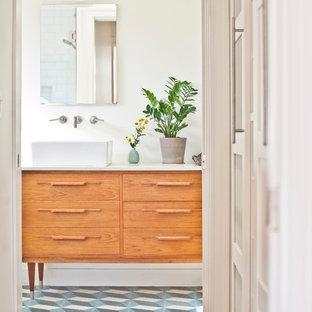Esempio di una piccola stanza da bagno padronale minimal con consolle stile comò, ante in legno scuro, top in marmo, doccia alcova, WC monopezzo, piastrelle multicolore, piastrelle di cemento, pareti bianche, pavimento in cemento e lavabo a bacinella