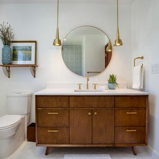 Mittelgroßes Mid-Century Badezimmer mit hellbraunen Holzschränken, weißer Wandfarbe, Quarzwerkstein-Waschtisch, verzierten Schränken, Wandtoilette mit Spülkasten, Unterbauwaschbecken, weißem Boden, Duschbadewanne, weißen Fliesen, Keramikfliesen, Porzellan-Bodenfliesen, Falttür-Duschabtrennung und Einbaubadewanne in Los Angeles