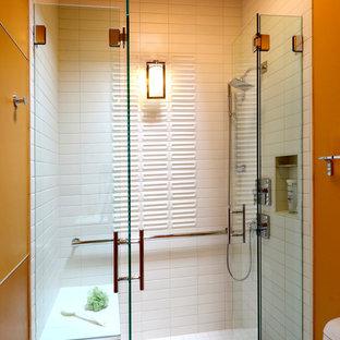 Новые идеи обустройства дома: ванная комната среднего размера в современном стиле с плоскими фасадами, фасадами цвета дерева среднего тона, душем в нише, желтыми стенами, полом из ламината, монолитной раковиной, столешницей из плитки и душем с распашными дверями