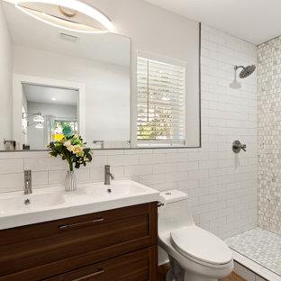 Kleines Modernes Badezimmer En Suite mit Toilette mit Aufsatzspülkasten, weißen Fliesen, Mosaikfliesen, weißer Wandfarbe, Vinylboden, integriertem Waschbecken, Duschvorhang-Duschabtrennung, Doppelwaschbecken, Nische, Schrankfronten im Shaker-Stil, dunklen Holzschränken, Duschnische, braunem Boden und weißer Waschtischplatte in Tampa