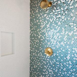 Idee per una stanza da bagno padronale moderna di medie dimensioni con ante lisce, ante in legno chiaro, doccia ad angolo, bidè, piastrelle blu, piastrelle di vetro, pareti bianche, parquet chiaro, lavabo sospeso, top in quarzite, pavimento bianco e porta doccia a battente