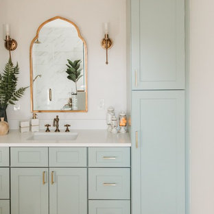 Exempel på ett mellanstort 50 tals vit vitt en-suite badrum, med skåp i shakerstil, gröna skåp, en dusch i en alkov, vita väggar, ljust trägolv, ett undermonterad handfat, beiget golv och dusch med gångjärnsdörr