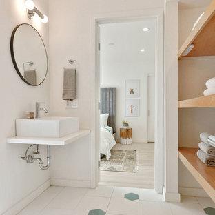 На фото: ванная комната в современном стиле с белыми стенами, настольной раковиной, белым полом и желтой столешницей с