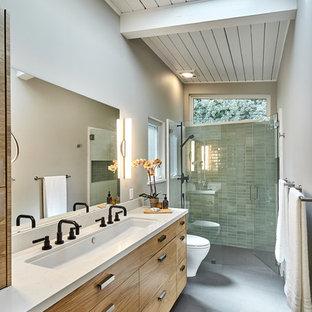 Стильный дизайн: главная ванная комната среднего размера в современном стиле с плоскими фасадами, фасадами цвета дерева среднего тона, душем без бортиков, унитазом-моноблоком, зеленой плиткой, керамической плиткой, серыми стенами, полом из керамической плитки, столешницей из кварцита, серым полом, душем с распашными дверями, раковиной с несколькими смесителями, белой столешницей и балками на потолке - последний тренд