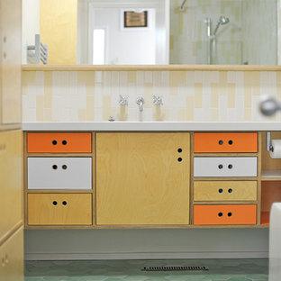 Inspiration för mellanstora 50 tals vitt badrum med dusch, med släta luckor, skåp i ljust trä, ett badkar i en alkov, en dusch/badkar-kombination, beige kakel, vit kakel, keramikplattor, vita väggar, klinkergolv i keramik, ett undermonterad handfat, bänkskiva i akrylsten, grönt golv och med dusch som är öppen