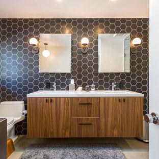 Esempio di una stanza da bagno padronale moderna con ante lisce, ante in legno bruno, vasca ad angolo, doccia a filo pavimento, WC monopezzo, piastrelle nere, pareti nere, pavimento in cemento, lavabo sottopiano, pavimento grigio e doccia aperta