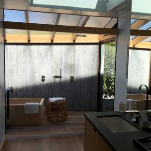 Idée de décoration pour une petite salle de bain principale asiatique avec un bain japonais, un espace douche bain, un WC suspendu et aucune cabine.