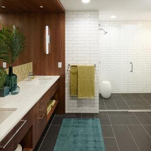 Неиссякаемый источник вдохновения для домашнего уюта: главная ванная комната среднего размера в стиле ретро с плоскими фасадами, фасадами цвета дерева среднего тона, керамической плиткой, белыми стенами, полом из керамической плитки, врезной раковиной, столешницей из искусственного кварца, серым полом, душем с распашными дверями, белой столешницей, душевой комнатой и белой плиткой
