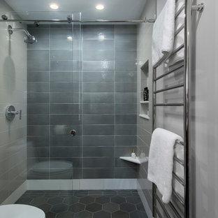 Idéer för ett mellanstort retro vit en-suite badrum, med släta luckor, bruna skåp, en kantlös dusch, en toalettstol med separat cisternkåpa, keramikplattor, grå väggar, klinkergolv i porslin, ett undermonterad handfat, bänkskiva i kvarts, dusch med skjutdörr, grå kakel och grönt golv