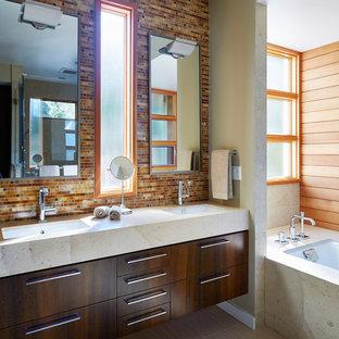 Immagine di una grande stanza da bagno padronale moderna con ante lisce, ante in legno bruno, vasca ad alcova, piastrelle multicolore, piastrelle arancioni, piastrelle rosse, piastrelle a listelli, lavabo sottopiano e pavimento beige