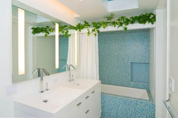 Современный Ванная комната by McCutcheon Construction Inc.