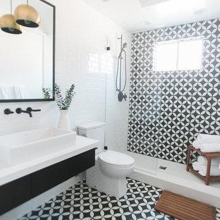 Foto de cuarto de baño con ducha, retro, de tamaño medio, con armarios con paneles lisos, puertas de armario negras, ducha empotrada, baldosas y/o azulejos blancas y negros, paredes blancas, suelo con mosaicos de baldosas y lavabo encastrado