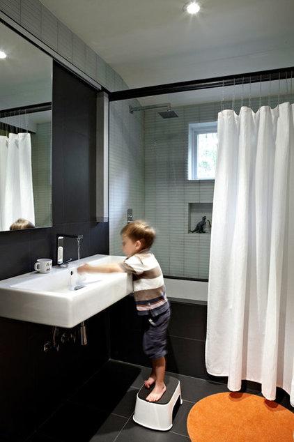 Midcentury Bathroom by KUBE architecture