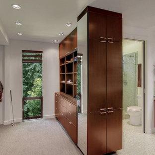 Immagine di una stanza da bagno minimalista con lavabo a bacinella, ante lisce, ante in legno bruno, top in vetro, piastrelle verdi, piastrelle di vetro e pareti bianche