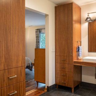 Inredning av ett retro mellanstort brun brunt en-suite badrum, med vita väggar, klinkergolv i porslin, ett fristående handfat, träbänkskiva och grått golv
