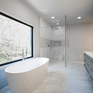Foto di una stanza da bagno padronale minimalista di medie dimensioni con ante in stile shaker, ante grigie, vasca freestanding, doccia aperta, WC a due pezzi, piastrelle grigie, piastrelle di marmo, pareti grigie, pavimento in marmo, lavabo sottopiano, top in marmo, pavimento grigio, doccia aperta e top bianco