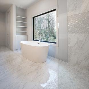 Immagine di una stanza da bagno padronale moderna di medie dimensioni con ante in stile shaker, ante grigie, vasca freestanding, doccia aperta, WC a due pezzi, piastrelle grigie, piastrelle di marmo, pareti grigie, pavimento in marmo, lavabo sottopiano, top in marmo, pavimento grigio, doccia aperta e top bianco