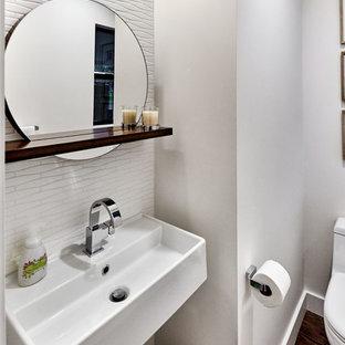 Imagen de cuarto de baño con ducha, vintage, pequeño, con sanitario de una pieza, baldosas y/o azulejos blancos, paredes blancas, lavabo suspendido, suelo de madera oscura y suelo marrón