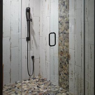 Esempio di una piccola stanza da bagno padronale minimalista con ante in stile shaker, ante grigie, doccia aperta, WC monopezzo, piastrelle bianche, piastrelle in gres porcellanato, pareti bianche, pavimento in terracotta, lavabo sottopiano, top in quarzite, pavimento rosso, porta doccia a battente e top bianco