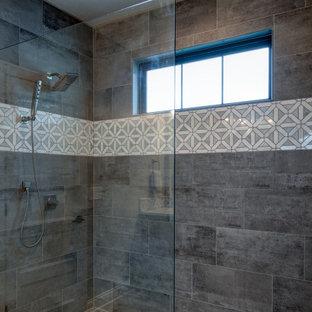 インディアナポリスの中くらいのミッドセンチュリースタイルのおしゃれなマスターバスルーム (フラットパネル扉のキャビネット、茶色いキャビネット、バリアフリー、グレーのタイル、セラミックタイル、グレーの壁、クッションフロア、オーバーカウンターシンク、クオーツストーンの洗面台、茶色い床、オープンシャワー、白い洗面カウンター) の写真