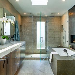 Foto på ett mycket stort 60 tals vit en-suite badrum, med släta luckor, skåp i mörkt trä, ett undermonterat badkar, grå kakel, ett undermonterad handfat och grått golv