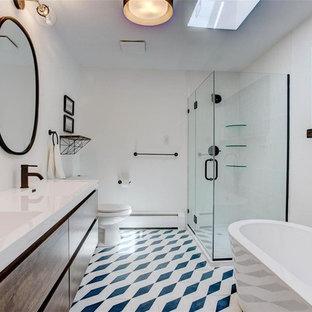 Aménagement d'une salle de bain principale rétro de taille moyenne avec un placard à porte plane, des portes de placard en bois brun, une baignoire indépendante, une douche d'angle, un WC séparé, un carrelage jaune, des carreaux de céramique, un mur blanc, béton au sol, un lavabo intégré, un plan de toilette en surface solide, un sol blanc, une cabine de douche à porte battante et un plan de toilette blanc.