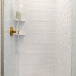 Esempio di una stanza da bagno padronale moderna di medie dimensioni con doccia alcova, piastrelle bianche, piastrelle diamantate, pavimento in gres porcellanato, pavimento bianco e porta doccia a battente