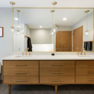 Ejemplo de cuarto de baño principal, vintage, de tamaño medio, con armarios tipo mueble, puertas de armario de madera oscura, bañera empotrada, ducha empotrada, sanitario de una pieza, baldosas y/o azulejos blancos, baldosas y/o azulejos de cemento, paredes grises, suelo de baldosas de porcelana, lavabo bajoencimera, encimera de cuarzo compacto, suelo gris y ducha con puerta con bisagras