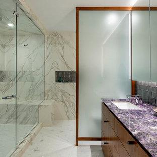 Стильный дизайн: главная ванная комната среднего размера в стиле ретро с плоскими фасадами, фасадами цвета дерева среднего тона, двойным душем, унитазом-моноблоком, белой плиткой, мраморной плиткой, белыми стенами, мраморным полом, врезной раковиной, столешницей из кварцита, белым полом, душем с распашными дверями и фиолетовой столешницей - последний тренд