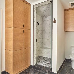 Idéer för att renovera ett mellanstort 60 tals grå grått en-suite badrum, med släta luckor, skåp i ljust trä, klinkergolv i porslin, ett undermonterad handfat och bänkskiva i kvarts
