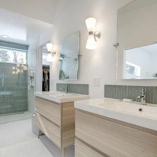 Inspiration för mellanstora 60 tals en-suite badrum, med släta luckor, skåp i ljust trä, en kantlös dusch, grön kakel, glaskakel, klinkergolv i keramik, ett integrerad handfat, vitt golv, dusch med gångjärnsdörr, vita väggar och bänkskiva i kvartsit