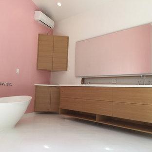 Immagine di una stanza da bagno padronale moderna di medie dimensioni con ante lisce, ante in legno scuro, vasca freestanding, piastrelle grigie, piastrelle a mosaico, pareti rosa, pavimento in gres porcellanato, top in superficie solida, pavimento bianco e top bianco