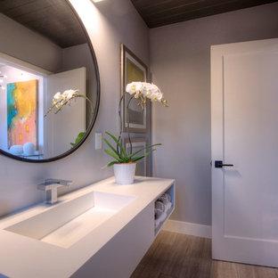 На фото: со средним бюджетом ванные комнаты среднего размера в стиле ретро с раковиной с несколькими смесителями, открытыми фасадами, белыми фасадами, столешницей из искусственного кварца, белыми стенами и светлым паркетным полом
