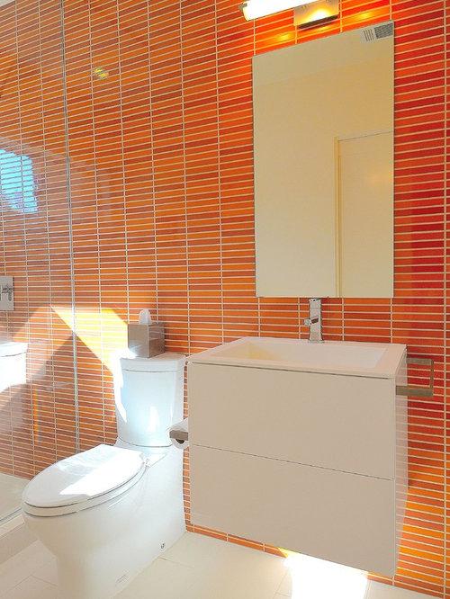 Salle de bain avec un carrelage orange et un wc poser for Carrelage salle de bain orange
