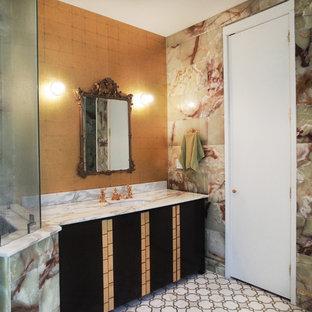 Modelo de cuarto de baño principal, retro, pequeño, con armarios con paneles lisos, puertas de armario de madera en tonos medios, ducha esquinera, paredes multicolor, suelo de linóleo, lavabo bajoencimera y encimera de mármol