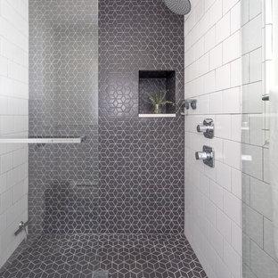 Idéer för att renovera ett litet 60 tals badrum med dusch, med svart och vit kakel, keramikplattor, svart golv och dusch med gångjärnsdörr