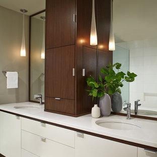 ポートランドの中くらいのミッドセンチュリースタイルのおしゃれなマスターバスルーム (アンダーカウンター洗面器、家具調キャビネット、白いキャビネット、珪岩の洗面台、アンダーマウント型浴槽、オープン型シャワー、一体型トイレ、白いタイル、セラミックタイル、グレーの壁、磁器タイルの床) の写真