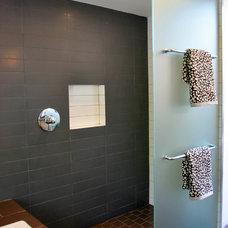 Midcentury Bathroom by Studio Bergtraun AIA