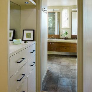 Imagen de cuarto de baño principal, moderno, grande, con baldosas y/o azulejos de piedra, baldosas y/o azulejos marrones, suelo de baldosas de porcelana, lavabo bajoencimera, armarios con paneles lisos, puertas de armario de madera oscura y paredes beige