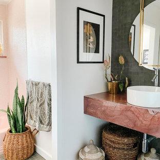 Inspiration för ett mellanstort 60 tals rosa rosa badrum för barn, med ett badkar i en alkov, en dusch/badkar-kombination, grå kakel, porslinskakel, vita väggar, klinkergolv i porslin, ett fristående handfat, marmorbänkskiva, grått golv och dusch med gångjärnsdörr