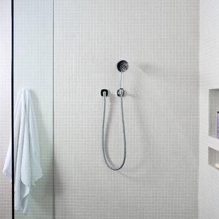 Diseño de cuarto de baño principal, actual, de tamaño medio, con lavabo bajoencimera, armarios tipo mueble, baldosas y/o azulejos grises, paredes grises, puertas de armario de madera oscura, encimera de madera, ducha abierta y suelo de baldosas de terracota