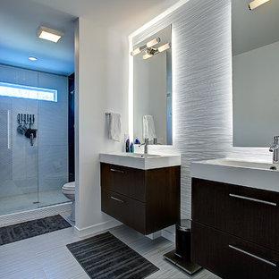 Foto de cuarto de baño principal, contemporáneo, grande, con armarios con paneles lisos, puertas de armario de madera en tonos medios, encimera de acrílico, ducha abierta, baldosas y/o azulejos de cerámica, paredes blancas, suelo de baldosas de cerámica y lavabo de seno grande