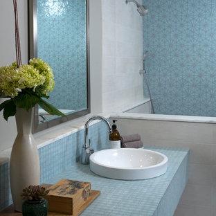 Inredning av ett modernt blå blått badrum, med kaklad bänkskiva och blå kakel
