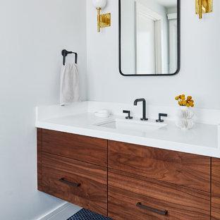Diseño de cuarto de baño principal, vintage, pequeño, con puertas de armario de madera oscura, armarios con paneles lisos, paredes blancas, suelo con mosaicos de baldosas, lavabo bajoencimera y suelo azul