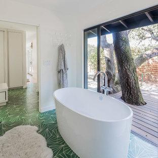 Immagine di una stanza da bagno padronale moderna con vasca freestanding, pavimento con cementine, pavimento verde e pareti bianche