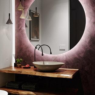 Ejemplo de cuarto de baño retro con paredes blancas, lavabo sobreencimera, encimera de madera, suelo marrón y encimeras marrones