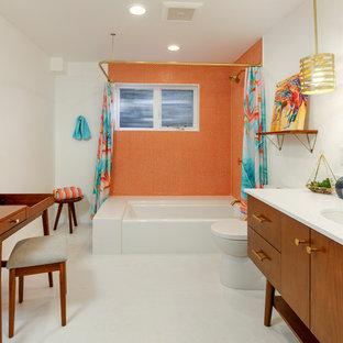 Idée de décoration pour une salle de bain vintage avec un placard à porte plane, des portes de placard en bois brun, une baignoire d'angle, un combiné douche/baignoire, un carrelage orange, un mur blanc, un lavabo encastré, un sol jaune et une cabine de douche avec un rideau.