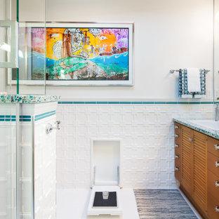 На фото: большая ванная комната в стиле ретро с плоскими фасадами, темными деревянными фасадами, угловым душем, белой плиткой, керамогранитной плиткой, белыми стенами, полом из керамогранита, душевой кабиной, накладной раковиной, столешницей из переработанного стекла, белым полом и душем с распашными дверями
